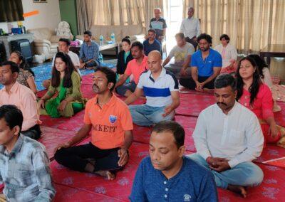 मंडल बनाती चेतना ..... स्वास प्राण पर खिले चेतना ... विचारों के साथ तादात्म्य ... सजगता की आहट ... फिर स्वास प्राण पर ......... Simple but profound meditation. If one goes through it consistently, it has full potential to transform the meditator.